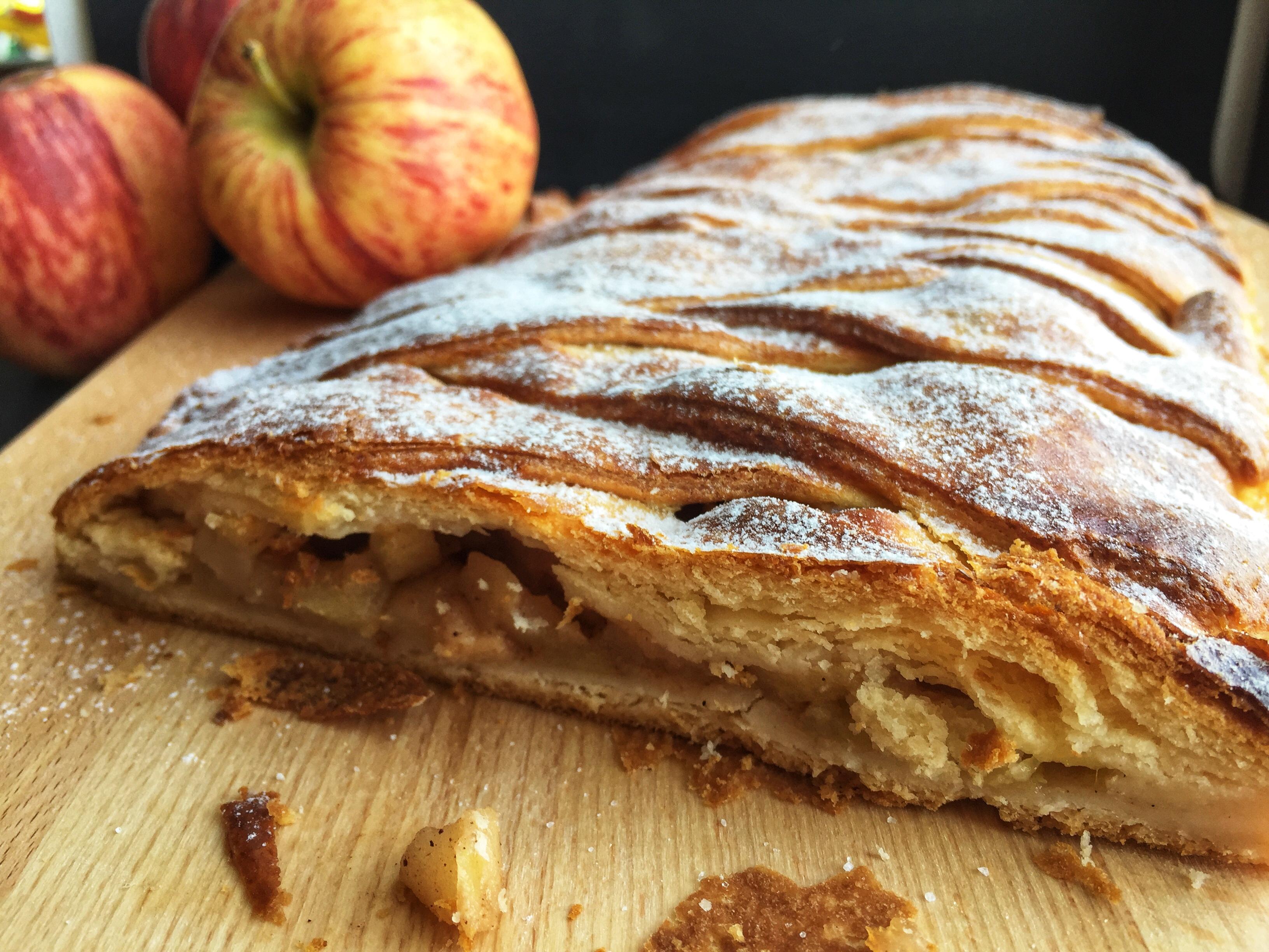 Jabolčni zavitek iz domačega listnatega testa brez glutena